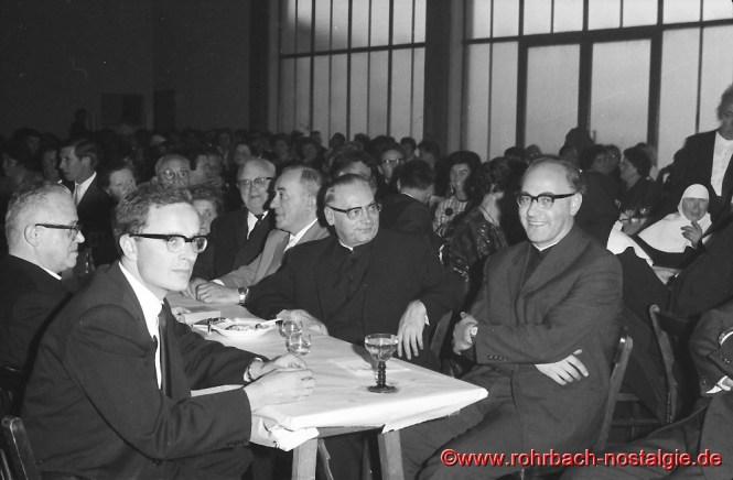 1964 am 2. Juli: In der TG-Turnhalle findet die feiert Leo Köller mit der Pfarrgemeindes sein Silbernes Priesterjubiläum